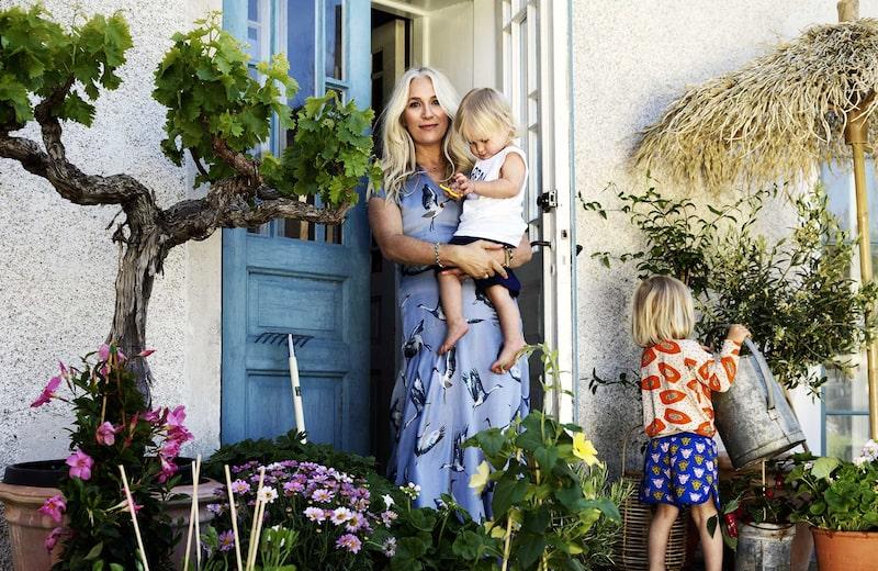 Ann Söderlund med yngsta barnen Bobo och Frans vid sommarhuset på Gotland.