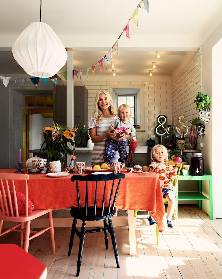 Ann Söderlund och hennes minstingar Frans och Bobo hänger i det färgglada köket på Gotland.