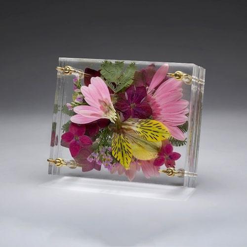 Blompress Ängsfälla av Elin Holmberg gör dina blommor till vackra minnen.