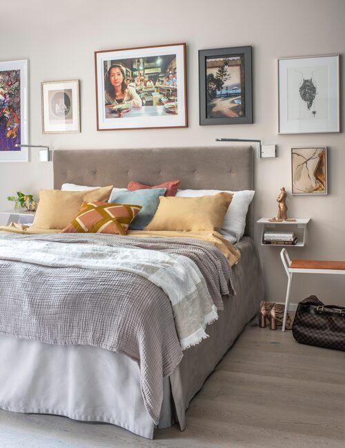 Vilsamt. Lotta De Visscher vill ha en lugn och harmonisk färgskala i sovrummet. Sänggaveln har hon låtit specialtillverka. Prydnadskuddar från Svenskt tenn och bäddset H&M Home.