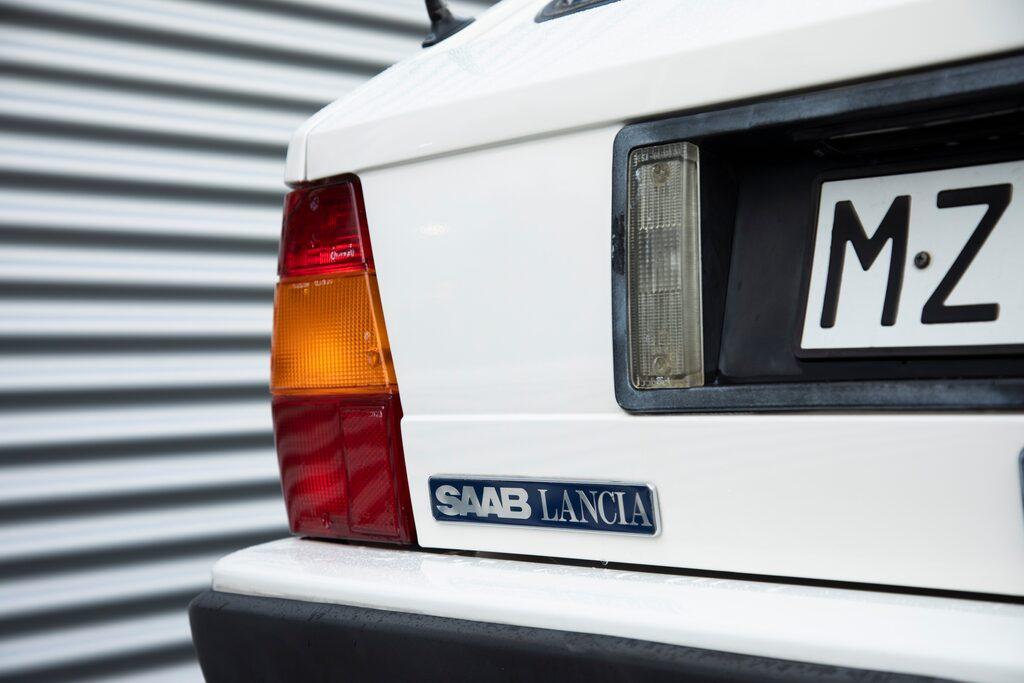 Lancia-emblem i fronten och Saab-Lanciadito på bakluckan.