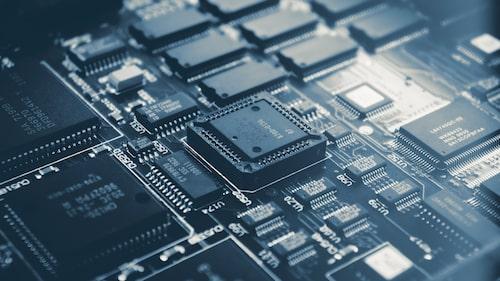 Det finns många typer av halvledarkomponenter. Transistorn är ett exempel, den första tillverkades för snart 100 år sedan. På bilden ser vi integrerade kretsar som finns i en uppsjö olika varianter.