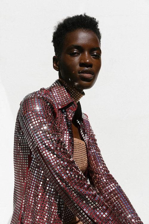 Skjortklänning av viskos, 44500 kr, knälång klänning av ull/ siden, 29300 kr, båda Bottega Veneta.