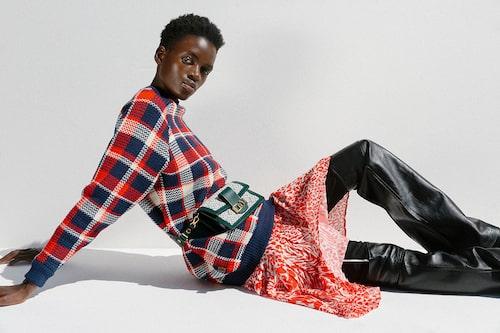 Ulltröja, 15800 kr, kjol av siden, 21100 kr, byxor av ull/skinn, 26400 kr, väska av bomull/skinn, 19500 kr, allt Louis Vuitton.