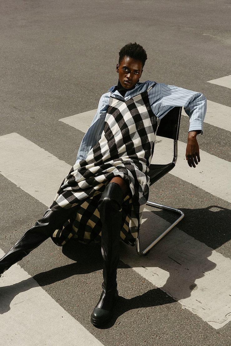 Klänning av bomull/ull/polyamid, 3745 kr, Woolrich. Skjorta av bomull/spandex, 299 kr, och långärmad polotröja av bomull/ elastan, 149 kr, båda Uniqlo. Skinnboots, 1299 kr, H&M Studio.