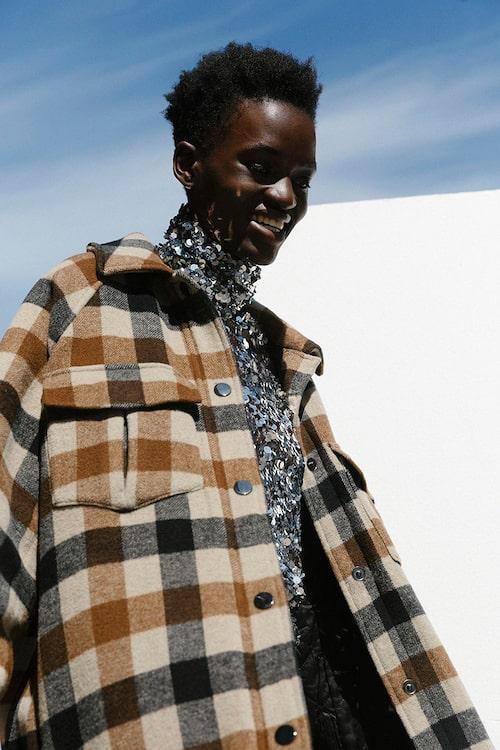 Jacka av ull/polyester/viskos, 3299 kr, SecondFemale. Paljettopp av polyester, 999 kr, H&M Studio.