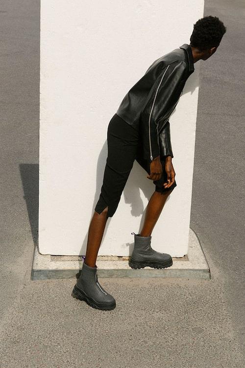 Skinnjacka, 9000 kr, och shorts av acetat/polyester, 1400 kr, båda Totême. Boots av skinn/gummi, 2900 kr, Eytys.