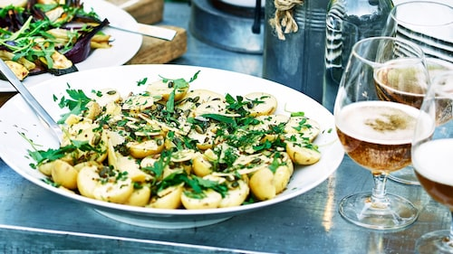 Recept på färskpotatis med frön, örter och lagrad ost.
