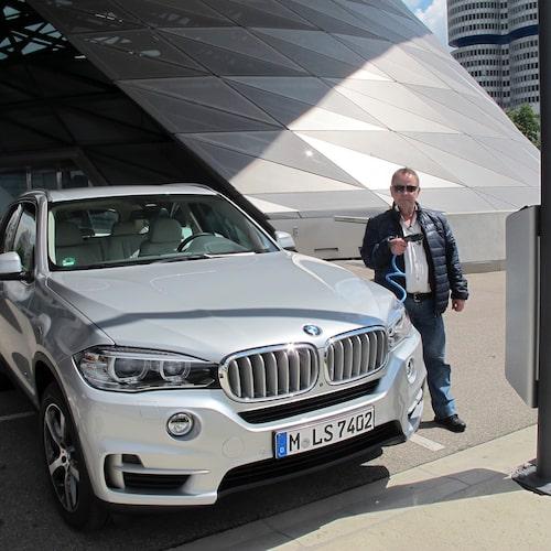 PeO Kjellström med nyinförskaffade glasögon och eldrivna BMW X5.