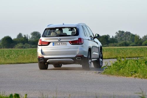 BMW X5 väger en bra bit över två ton men uppför sig, nästan, som en yster sportbil på vägen.