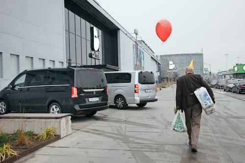 Partystämningen är på topp när Mikael kånkar hem en bal med skithuspapper från stormarknaden.