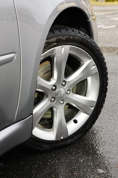 I standardutrustningen ingår bland annat 17-tums aluminiumfälgar skodda med 215/45-däck.