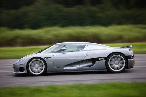 Kort, kompakt och kraftfull form kännetecknar den svenska superbilen.