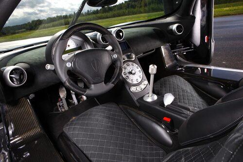Alcantara, skinn, aluminium och kolfiber samsas i CCR Evolution. Körställningen är bra, liksom detaljkvaliteten.