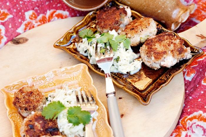 Vad sägs om skaldjurskakor med fantastiskt god coleslaw till fredagsmyset?