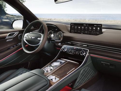 Genesis GV80 med 3D-instrumentering framför ratten.