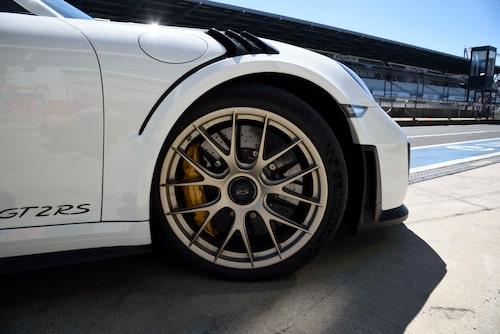 Keramiska skivor är standard till GT2 RS, tillval till GT3 RS.