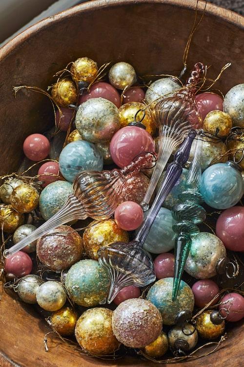Klarglasdekoration, 130 resp 190 kr/st, Bungalow, runda rosa kulor, 39 kr/st, Strömshaga.