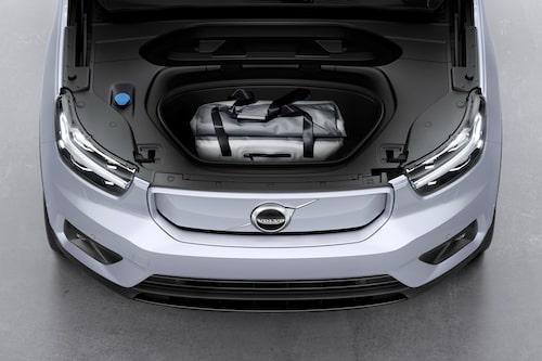 """I och med den elektriska drivlinan frigörs utrymme framtill vilket tillåter en """"frunk"""", det vill säga ett litet bagageutrymme under huven. 31 liter ryms där."""