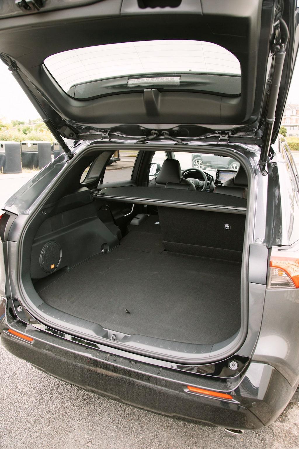 Utrymmena är i princip orörda, både i baksätet och i bagaget. Reservhjulet blir dock hemma.