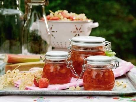 Rabarber- och jordgubbssylt med vinbär och ingefära