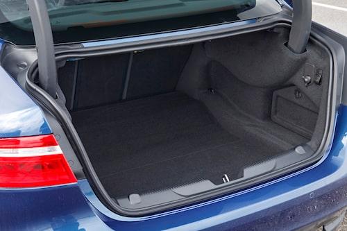 I väntan på kombin Sportbrake är bagageutrymmet tillräckligt. 2,0 D har AdBlue-locket innanför luckan.