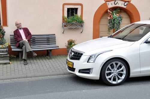 Man skulle kunna tro att Mikael Stjerna är lätt, men se hur han tynger ner bänken han sitter på…