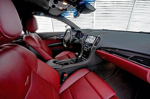 Bra framstolar, och en infotainmentskärm som en iPad. Sämre plats i baksätet. Bensinmotor, men diesel kommer.