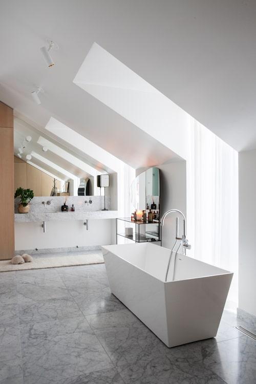 Mycket plats för bad. Badkaret är från Svedbergs. Spegelbordet och spegeln till höger är från Brindle inredning.