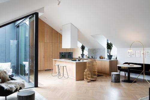 Köket med öppen planlösning kommer från Kvänum. Till vänster är utgången mot terrassen. Bänkskiva i carraramarmor, luckor i vitlaserad ek. Barstolar från Brindle inredning.