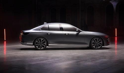 Sedanen är stor som en Audi A6 och vill andas premium.