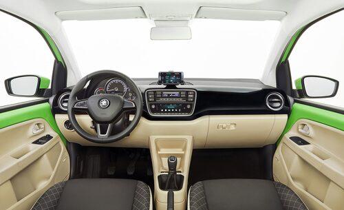 Ny ratt, mätare och mittkonsol. Annars känns formen igen invändigt.
