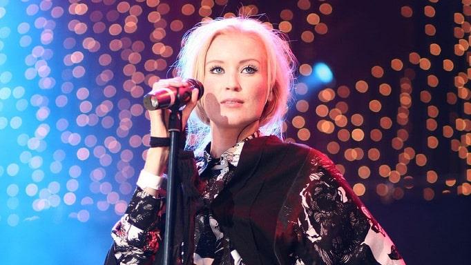 Linda Sundblad började sin karriär som sångerska i rockbandet Lambretta 1996.