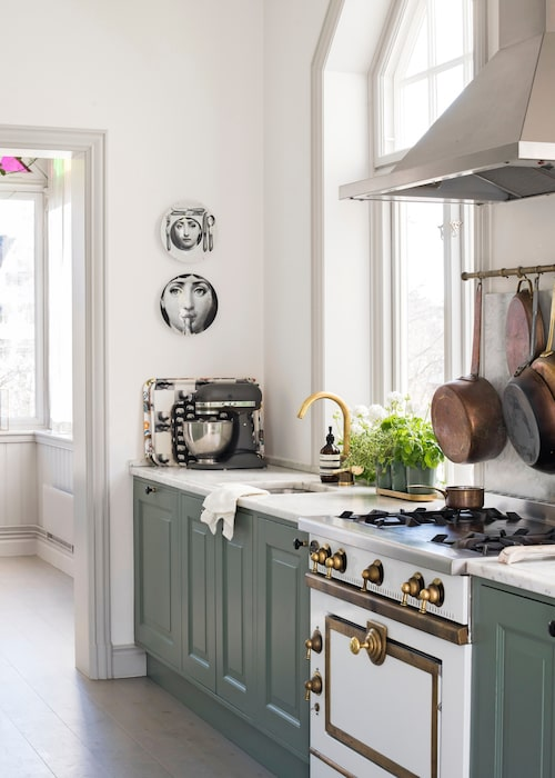 Det vackra lantköket satt på plats när Elinor och hennes familj flyttade in, spis, La Cornue, fläkt, Godin. På vägen fat från Fornasetti, kran, Tapwell och örtkrukor, Svenskt tenn.