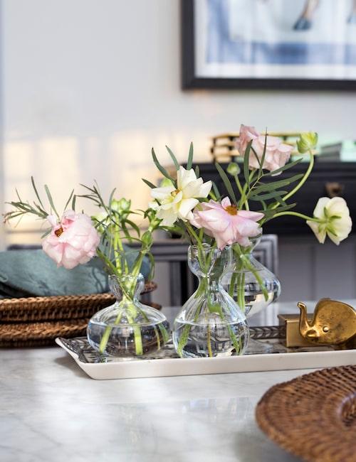 Söta fjärilsranunklar i vaser från Ulriksdal.