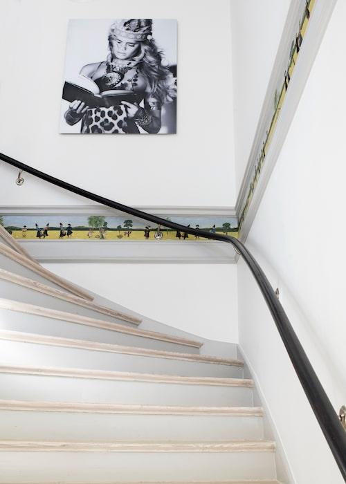 Grosshandlare Längstadius dotterdotter har gjort listmålningen i trappan. Fotokonst, Gaby Fling.