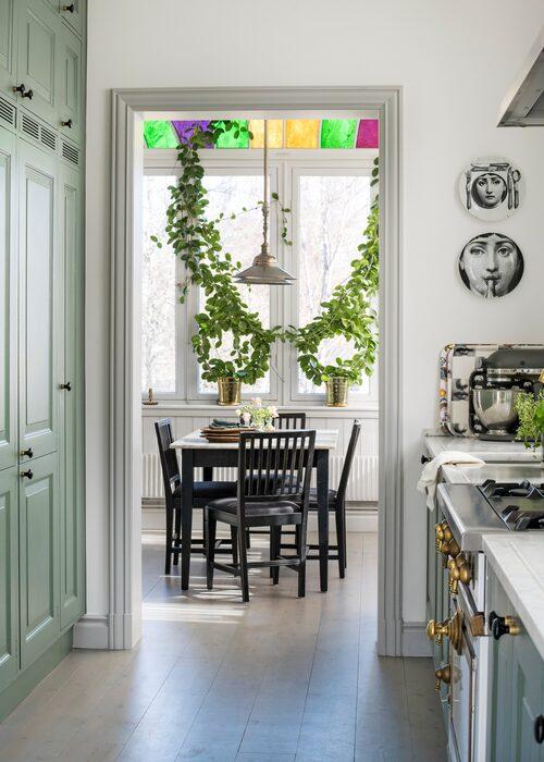 Innanför köket ligger matrummet.Svartmålade leksandsstolar. Det blyinfattade ovanfönstret skapar fina ljusreflexer.