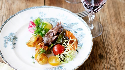 Recept av Johan Backeus på grillat lamm med tomatsallad, syrad lök  och friterad färskpotatis.