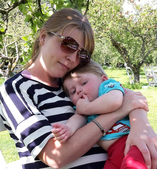 Ebbe har epilepsi och är född med en kromosomavvikelse som han är ensam om i Sverige. Här kramas han om av mamma Anna. Foto: Privat