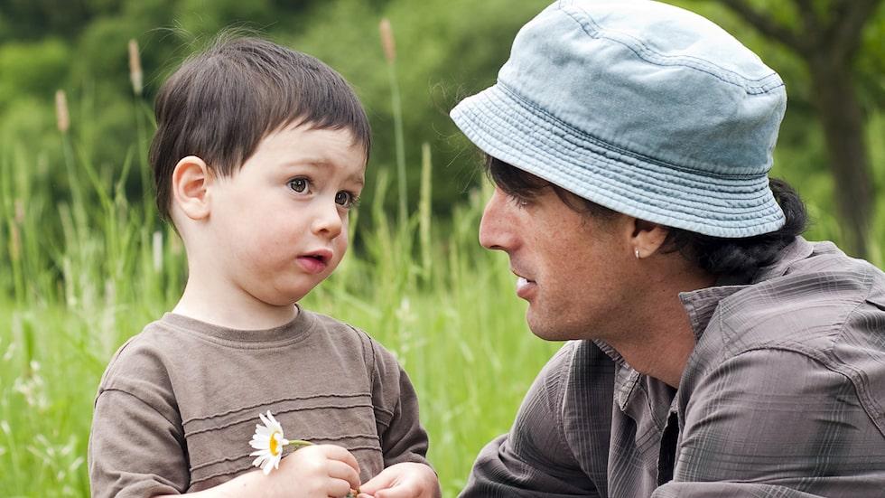 Att lära barn att inte ständigt avbryta är att lära dem ömsesidig respekt, säger barnpsykolog Malin Bergström.