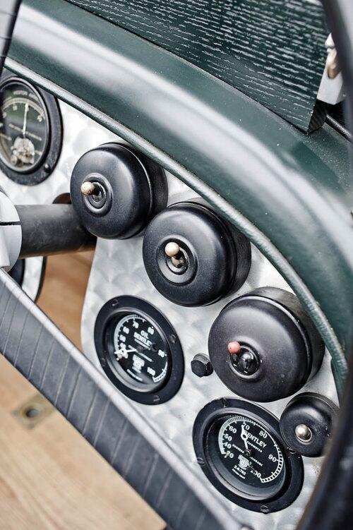 Vippströmbrytare à la 1920-tal. Rejäla saker med underbart tung och exakt känsla när de vippas. Här de bägge för magneterna samt en för bränslepump.