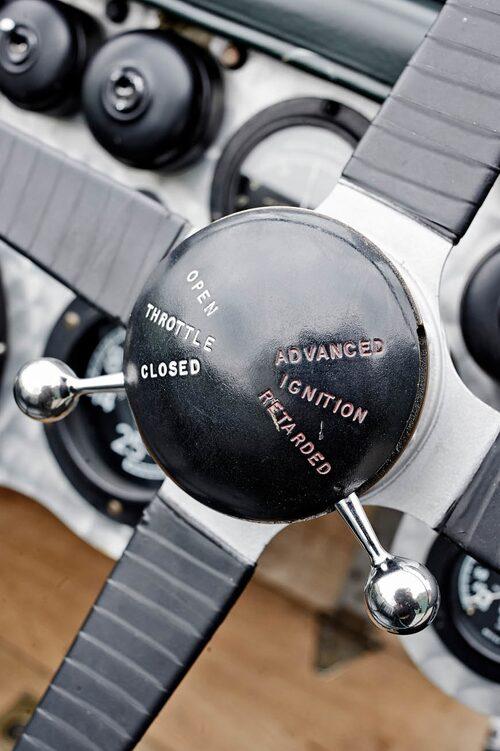 Vid rattnavet ställer man dels handgasen och dels tändningen. Vid start ska spaken så långt ner det går, max retarderad.