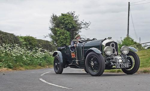 Bentley Blower är inte bilen man kastar mellan de tighta kurvorna. Bättre med flödande vägsträckning där den långbenta karaktären kommer till sin rätt.
