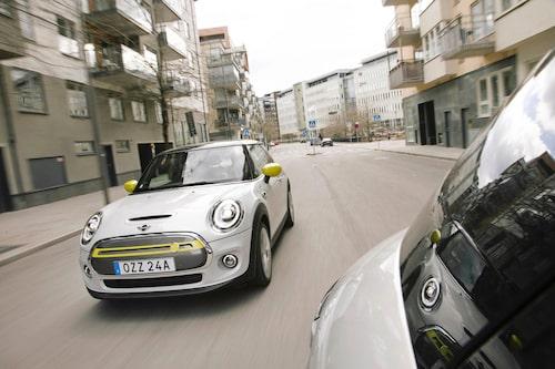 Nya fräcka färger i grillen och på speglarna markerar att här kommer det en eldriven Mini.