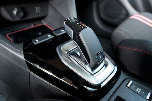 Växelspaken är hämtad från Peugeots hyllor. Automatlådan med åtta lägen fungerar fint.