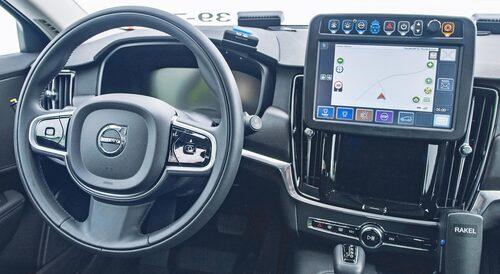 """Polisens extra infoskärm skymmer Sensussystemet men går att fälla undan för bästa funktion. Till höger skymtar luren till kommunikationsenheten """"Rakel""""."""