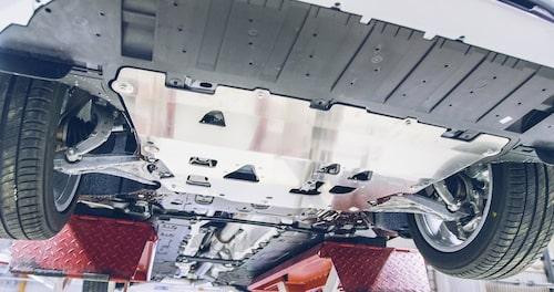 Tjock hasplåt under motor och växellåda skyddar vid eventuella påkörningar. Givetvis en förstärkningssak men även en säkerhetshöjande trygghetsdetalj.