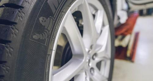V90 Cross Country polisbil rullar på 18-tumsfälg från XC60 T8 Twin Engine som tål extra vikt.