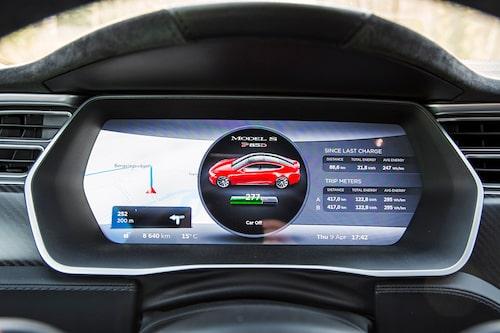 Det går inte riktigt att lita på räckviddsmätaren vid ratten utan man måste dubbelkolla med kördatan.