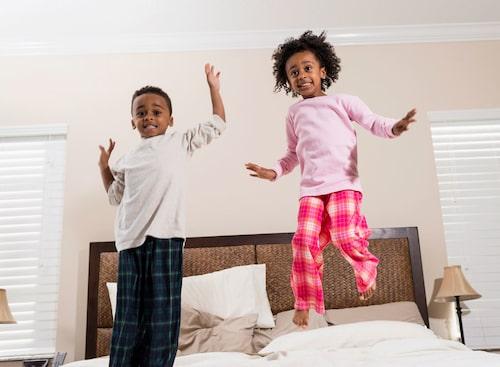Det går lika bra att hoppa i en bäddad säng. Foto: iStock